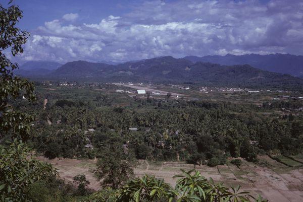Sullo sfondo l'aeroporto di Luang Prabang