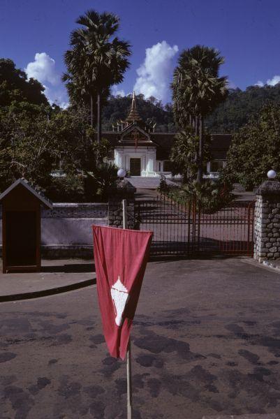 L'entrata al Palazzo Reale e la vecchia bandiera del Laos