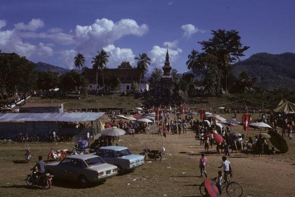Festa buddista attorno ad una pagoda della città